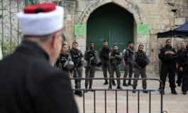 الاحتلال يمنع المصلين من الصلاة بالاقسى.jpg