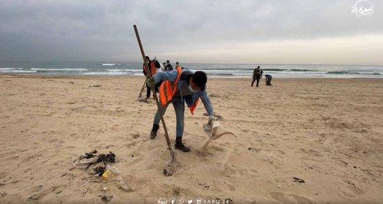 بالتعاون مع بلدية غزة مبادرة لتنظيف شاطئ البحر من القمامة وتعزيز النظافة في المجتمع
