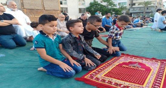 مواطنون يؤدون صلاة عيد الأضحى المبارك في قطاع غزة